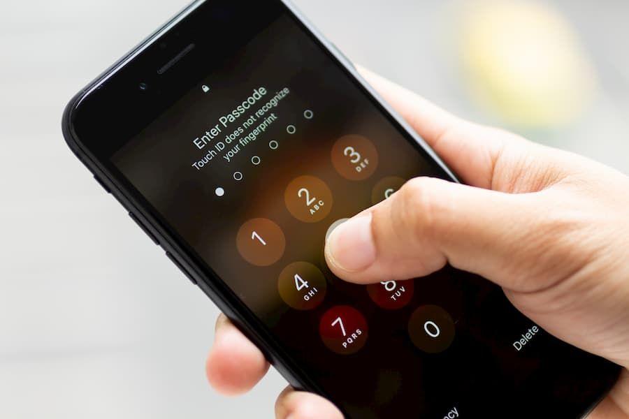 Większość komunikatorów korzysta zdomyślnej funkcji blokady smartfonu. Toniejest dobre dla bezpieczeństwa.